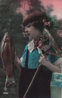 ENFANTS - LITTLE GIRL - MAEDCHEN - Jolie Carte Fantaisie Portrait Fillette Avec Poisson 1er Avril - Portraits