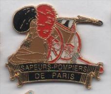 Superbe Pin´s , Sapeurs Pompiers De Paris , Pompe à Bras - Brandweerman