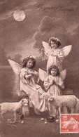CPA Fantaisie De Joyeuses Pâques Représentant 3 ANGES   Et 2 Moutons   //  TBE - Anges