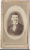Photo d�Homme moustachu/Portrait/ en costume/Anonymef/  Vers 1875   PH194