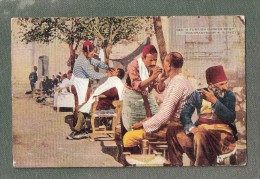 TURQUIE / A TURKISH BARBER SHOP ( Thème : BARBIER + COIFFEUR ) / CONSTANTINOPLE , TURKEY HAIRDRESSER - Turkey