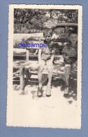 Photo Ancienne - LA CIOTAT - 2 Enfants Sur Un Banc Et Une Automobile Derriere - Pancarte Chemin Du Baguier - 1955 - Lugares