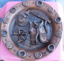 ASSIETTE Décorative Ou Plat En TERRE CUITE, Motifs En Relief, - Ceramics & Pottery