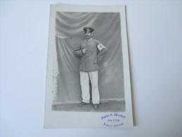 AK / Fotokarte 1. Weltkrieg Soldat In Uniform / Sanitäter / Rotes Kreuz. Photo R. Daury Eauze Riscle-Nogaro - Personajes