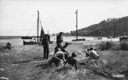 DIVES SUR MER - Scène Typique Au Port Marins Famille Réparation Filets Superbe Véhicule Petit Voilier Forêt - Dives