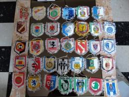 COLLECTION DE 100 FANIONS DE CLUB DE FOOTBALL - Habillement, Souvenirs & Autres