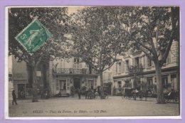 13 - ARLES -- Place Du Forum , Les Hôtels - Arles