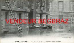 PARIS  INONDE    BARQUE ENTRANT DANS UNE PORTE COCHERE   14 Cm / 8 CM - Autres