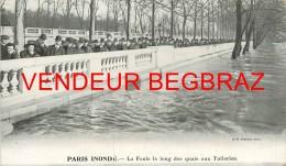 PARIS  INONDE    LA FOULE LE LONG DU QUAI  14 Cm / 8 CM - Autres