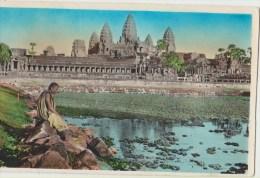 Cpa Asie   Cambodge  Bonze En Meditation Devant Angkor Vat - Cambodia