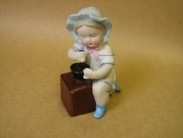 DC. 115. Belle Céramique D'une Petite Fille Avec Moulin à Café - Ceramics & Pottery