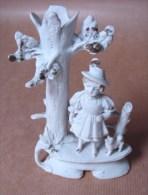 DC. 113. Magnifique Pique Fleur En Céramique Blanche. Petite Fille Au Pied D'un Arbre Mort - Ceramics & Pottery