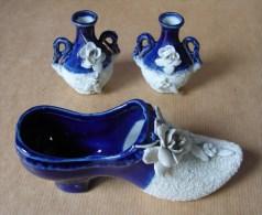 DC. 112.Trois  Magnifiques Sujets En Porcelaine Blanche Et Bleu. Un Sabot Et Deux Petits Pots - Delft (NLD)
