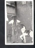 F2143 FERRANIA - VERA FOTOGRAFIA - Ritratto Di Uomo Con Cappello Caratteristico E Cavaluccio Di Legno - Personnes Anonymes