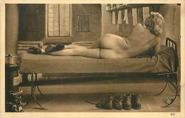 Réf : A14 -1477  :  Jeune Et Jolie Femme Nue Sur Un Lit - Nus Adultes (< 1960)