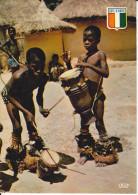 CPSM COTE D IVOIRE JEUNES MUSICIENS BAOULE ENFANTS NOIRS CASES - Costa De Marfil