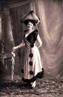 Junge Dame Mit Schönem Ausgefallenen Kleid Und Hut, 1905? - Mode