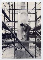 LANESTER--par Yvon Kervinio--carte Tirage Limité Aux Abonnement CPC--Daniel DRUET Sculpte Le Monument Aux Morts ----1985 - Monuments