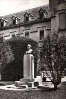 01 Hopital De PONT DE VAUX Buste Du Bienfaiteur M Poisat Devant L'entree De L'Hopital - Pont-de-Vaux