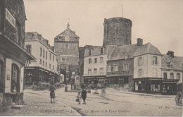 98 - Bricquebec ( Manche ) - La Place Le Marois Et Le Vieux Château - Bricquebec