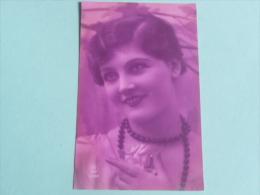 Femme Au Collier De Perles - Femmes