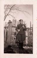 Frau In Uniform Und Gewehr, Original Foto 1946, Handgeschriebene Widmung 25.III.1946, Ö-Zensurstempel Nr.272 - Krieg, Militär