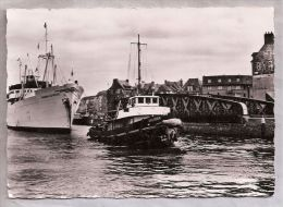 CPM - Dieppe (76) - Bananier Franchissant Le Pont Colbert  / BATEAU ET REMORQUEUR - Schlepper
