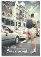 Carte Publicitaire , Cpm , Show  Your Backbone, Sac à Dos Homme Nu Dans La Rue, Trotinnette, Ed Boomerang Amsterdam - Commercio