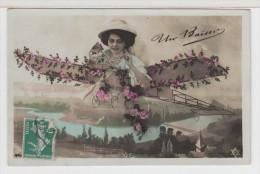 PHOTO MONTAGE - FEMME (frau / Lady) -  Avec Chapeau Dans Avion (plane) - Airplanes