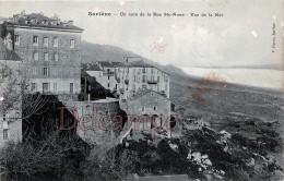 SARTENE  - CORSE -  Un Coin De La Rue Ste Anne -  Vue De La Mer - Dos Vierge Pliure  - 2 Scans - Autres Communes