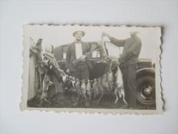 Originalfoto 1933 Marokko / Maroc. Mann Mit Gewehr Und Altem Auto. Jäger /  Tote Hasen Und Hühner - Afrika