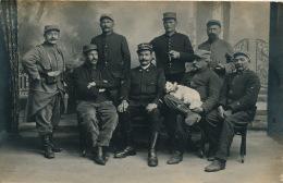 MILITARIA - AMIENS - Belle Carte Photo Représentant Des Militaires Avec Chien Mascotte (inscription 25 Sur Képi ) - Amiens