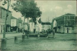 79 COULONGES SUR L'AUTIZE / La Place Du Château Et Le Monument Aux Enfants De Coulonges Morts Pour La Patrie / - Coulonges-sur-l'Autize