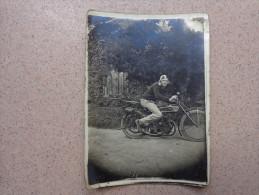 Photo 6x8.5cm Personnage Et Moto A Identifier. - Personnes Anonymes
