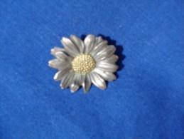 1 Broche Ancienne Decor Marguerite -marquage Au Dos Meller Etc....- - Broches