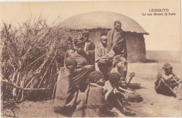 CPA Animée - LESSOUTO - Le Soir Devant La Hutte - Lesotho