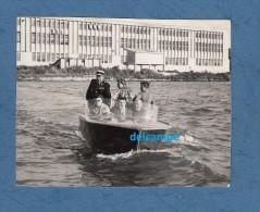 Photo Ancienne - Lieu à Identifier - Fête Nautique - Un Canot - Gendarme ? - Bateaux