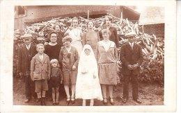 CARTE PHOTO UNE COMMUNION TOUTE LA FAMILLE CERTAINEMENT UN MARCHANDE  BOIS ORIGINE SEINE MARITIME - Cartes Postales