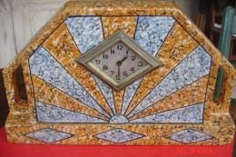Pendule De Cheminée En Céramique Mouchetée Ocre Et Bleue,formant Cadran Solaire .années 50 L: 31,3 L:6,5,H:18,5. - Horloges
