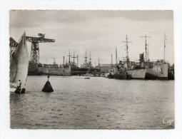 56 Lorient Entrée De L'arsenal   Bateaux Militaires Année 1945 Voir 2 Scans - Lorient