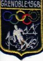Ecusson Tissu, Feutrine Brodée, GRENOBLE 1968, Format 6,5 X4,5 Cm, Anneaux Olympiques, Skieur - Patches