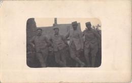 CARTE PHOTO DE MILITAIRES / COUVRELLES 1917 - Militaria