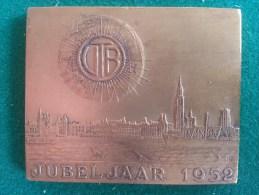 Jubeljaar VTB 1952, Erkentelijk Aan Een Zijner Stichters Voor 30 Jaar Trouw, 49 Gram (medailles0065) - België