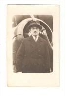 Carte Photo D´un Homme En Costume  Posant Devant Le Moteur D´un Avion - Piloten