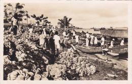 CAMEROUN,afrique,DOUALA EN 1950,ville Portuaire,le Marché Aux Bananes,métier à Ses Débuts,wouri,rare - Cameroun