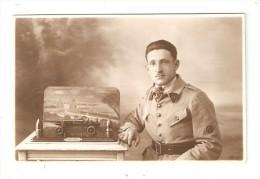 Carte Photo :  Soldat Posant à Côté D'une Maquette Avec Un Canon & Des Obus - Paysage Au Fond De La Maquette - Personnages