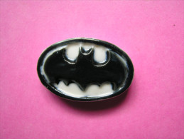 Feve Ancienne En Porcelaine - LOGO - Serie BATMAN 1996 ( Feves ) - Strips