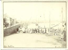 PHOTOGRAPHIE SITUEE AUX SABLES D´OLONNE DATEE DU 20.6.1932 ANNOTATIONS MANUSCRITES DOREES EN BAS A DROITE ET GAUCHE. - Luoghi