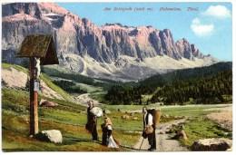 Am Sellajoch, Dolomiten, Südtirol, Frau Kniet Vor Bildstock, Amonn M 7511 - Non Classés