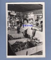 Photo Ancienne De 1958 - PARIS - Marché à Identifier - Marchande De Légumes à Son Stand - Balance - TOP - Métiers